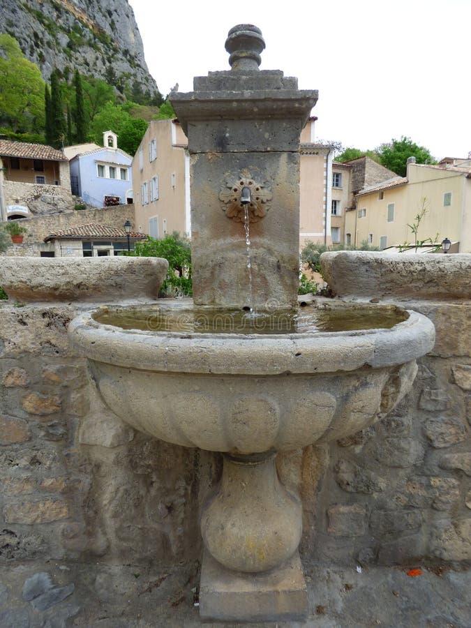Springbrunn i byn av Moustiers-Sainte-Marie, Frankrike, Europa fotografering för bildbyråer