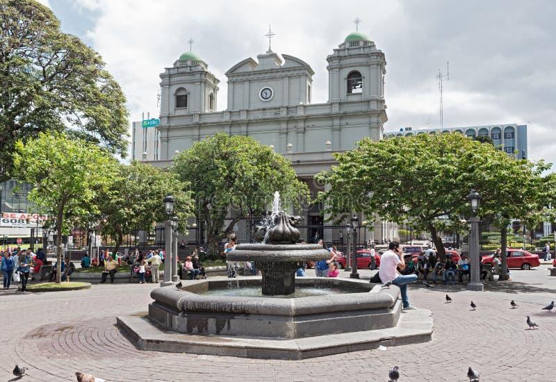Springbrunn i Centralet Park framme av Catedralen Metropolitana de San Jose, Costa Rica arkivfoto