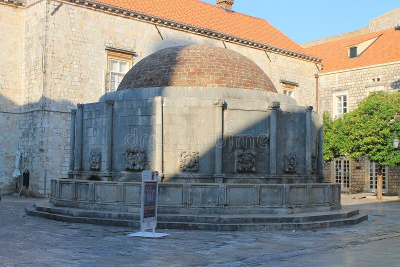 Springbrunn i den centrala fyrkanten av den gamla staden av Dubrovnik Kroatien royaltyfri foto