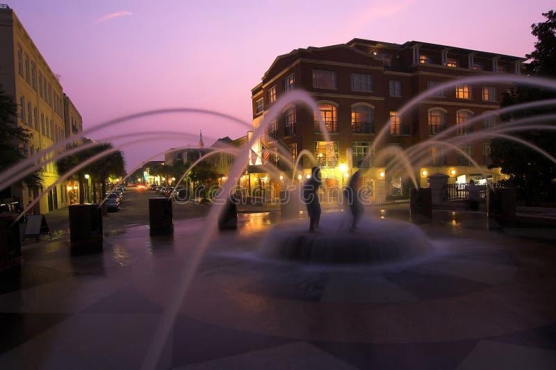 Springbrunn i i stadens centrum charleston, South Carolina royaltyfri foto