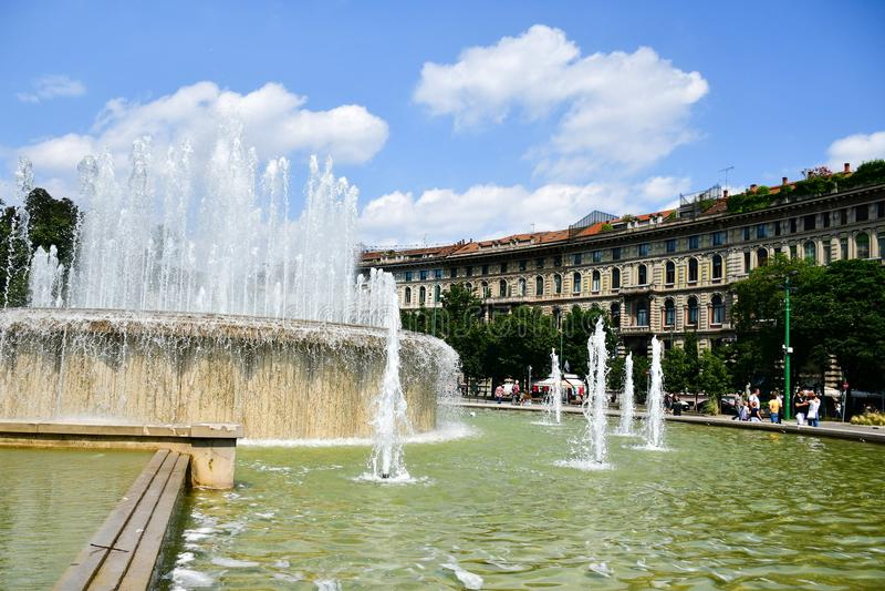 Springbrunn i Milan, Italien arkivfoto