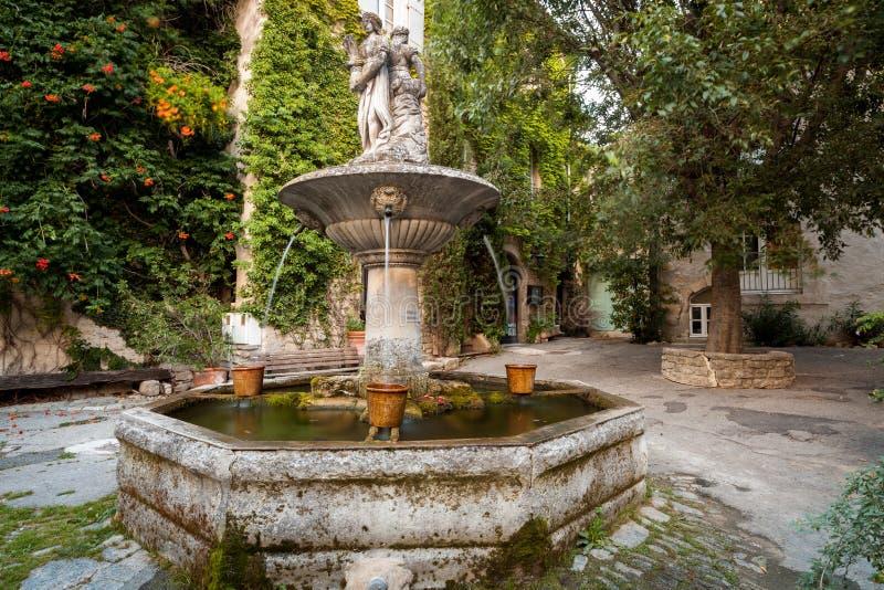 Springbrunn i mitt av Saignon, Provence, Frankrike royaltyfri foto