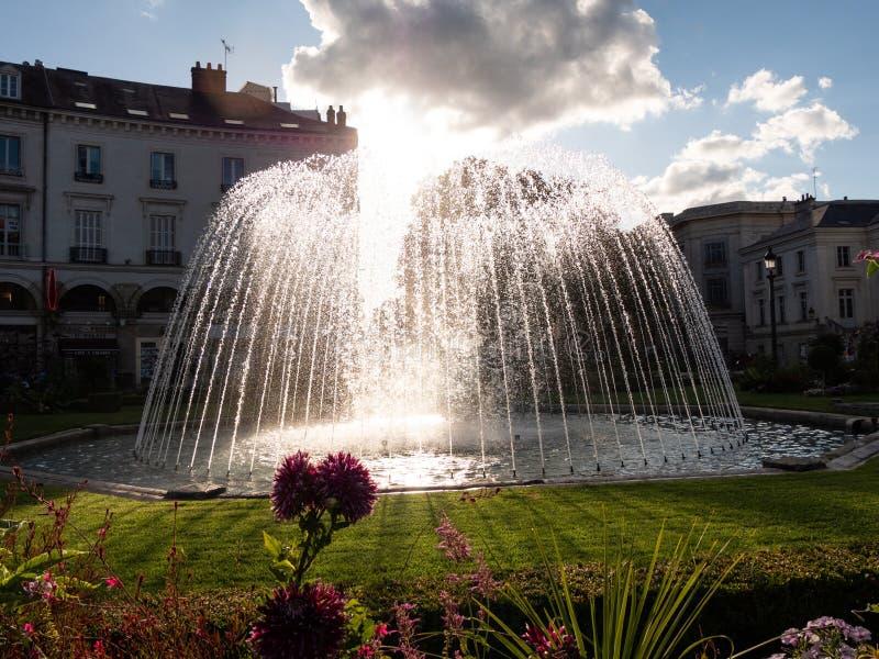 Springbrunn i parkera av stadshuset av Tours arkivbilder