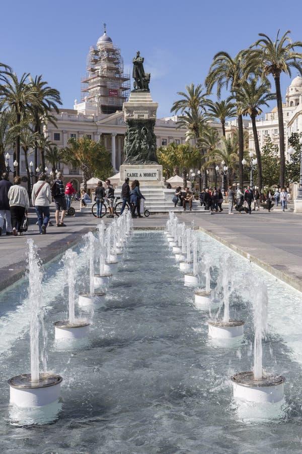 Springbrunn i Plaza de San Juan de Dios, staty av den Cadiz politiciaen arkivbilder