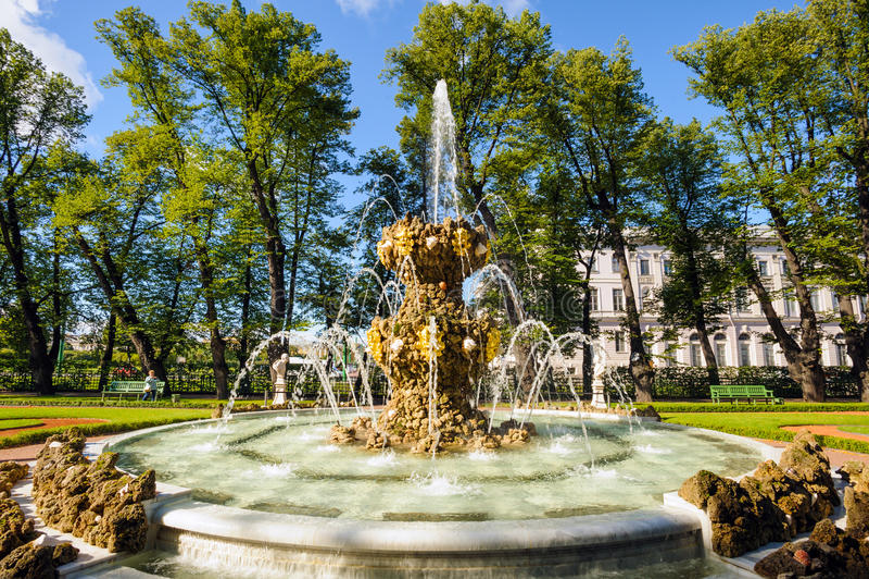 Springbrunn i sommarträdgården royaltyfri bild