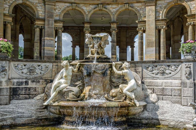 Springbrunn i trädgård för Hever slottitalienare royaltyfri fotografi