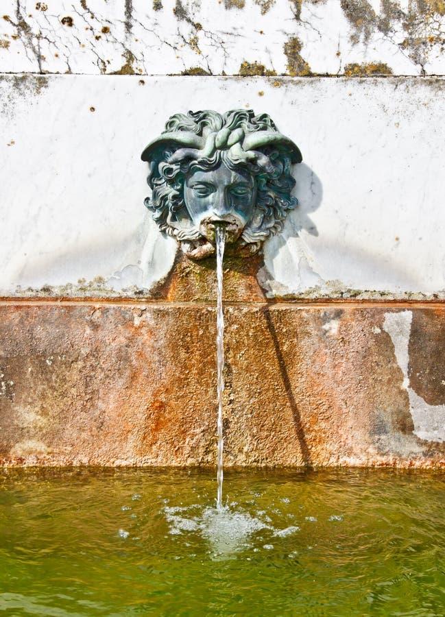 Springbrunn i trädgården av den fontainebleau slotten arkivbild