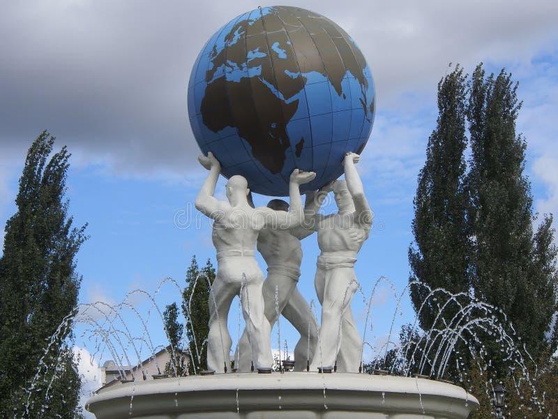 Springbrunn i trädgården av ett namn av Kirov kazan russia royaltyfria foton