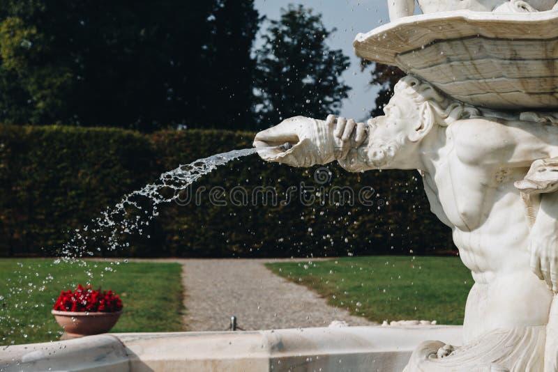 springbrunn i VILLAVISCONTIEN BORROMEO LITTA - lombardy - Italien royaltyfria bilder