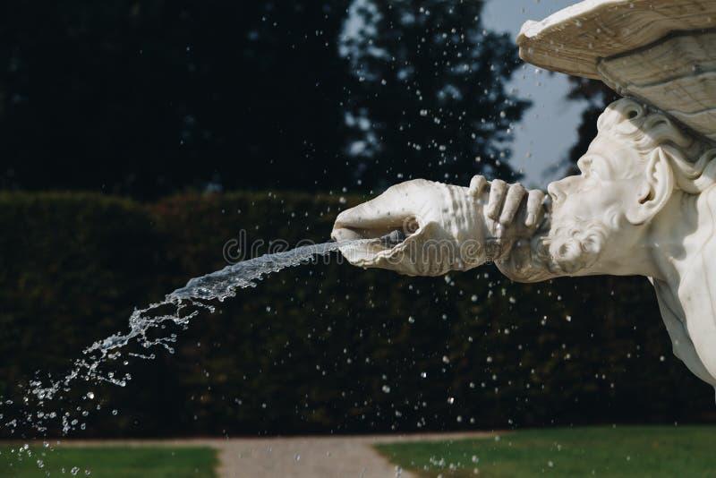 springbrunn i VILLAVISCONTIEN BORROMEO LITTA - lombardy - Italien arkivfoton