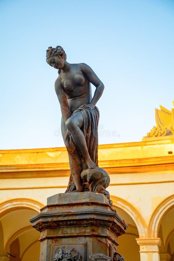 Springbrunn med den Venus statyn på fiskmarknaden i Trapani, Sicilien, Italien arkivbild