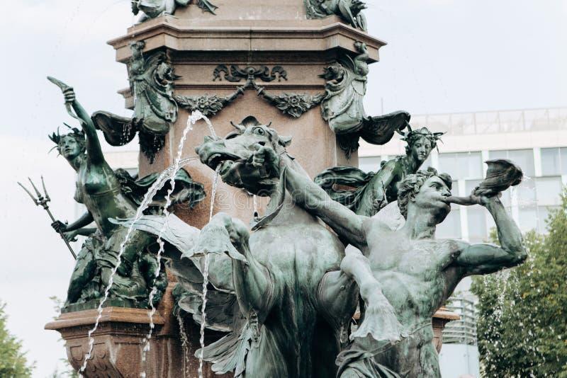 Springbrunn med ett namn Mendebrunnen i Leipzig i Tyskland royaltyfri bild