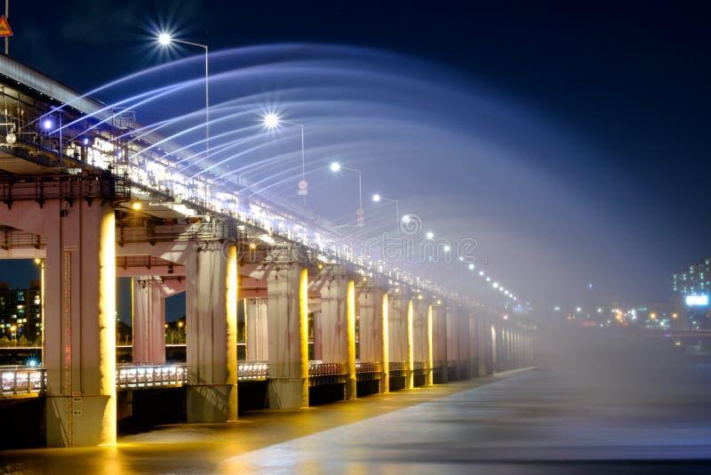 Springbrunn med ljus show på den Banpo bron royaltyfri fotografi