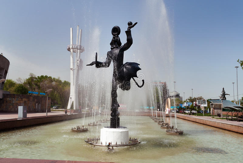 Springbrunn nära cirkusen i Almaty arkivfoto