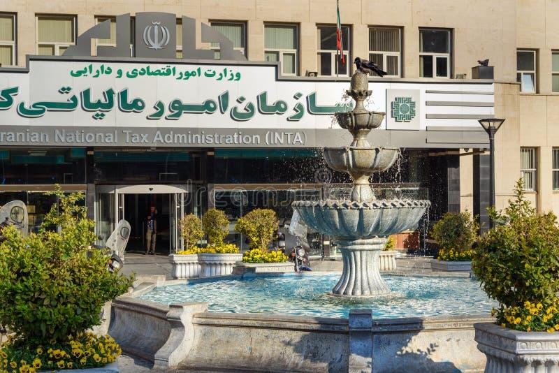 Springbrunn nära iransk statsskattadministration i Teheran iran royaltyfri foto