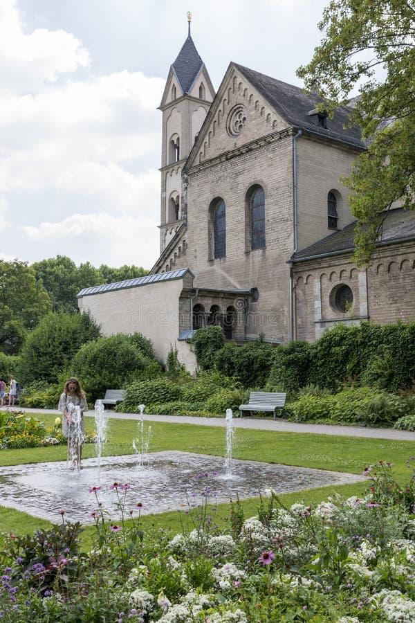 Springbrunn nära väggarna av basilikan av St-svängbara hjulet i staden av Koblenz fotografering för bildbyråer