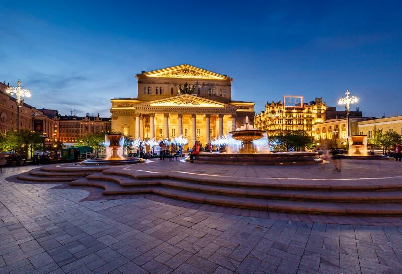 Springbrunn och Bolshoi teater som är upplyst i natten royaltyfri fotografi