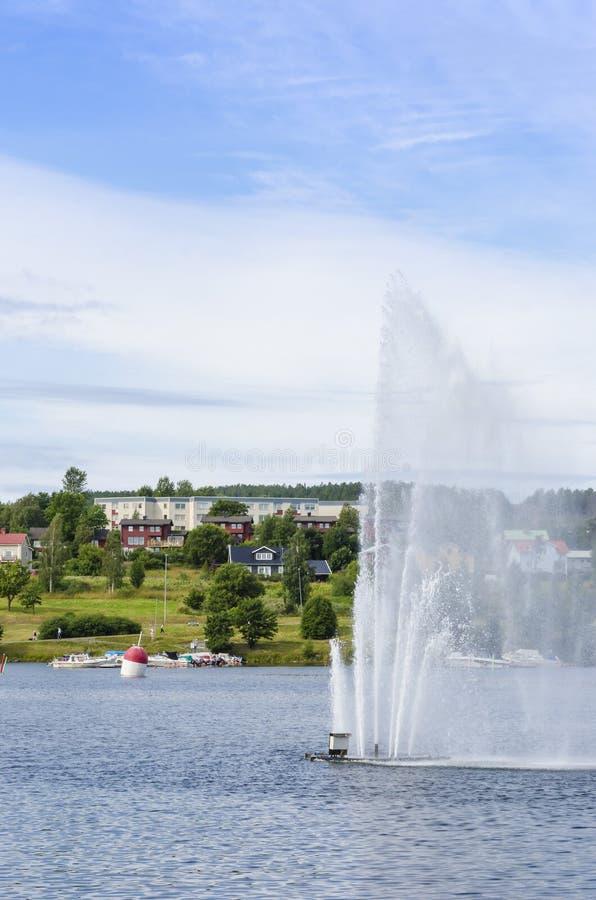 Springbrunn och bostads- hus i Harnosand royaltyfria foton