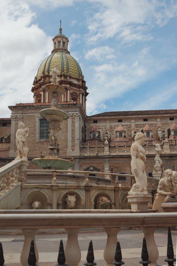Springbrunn och kyrka på piazza Pretoria italy palermo sicily royaltyfri foto
