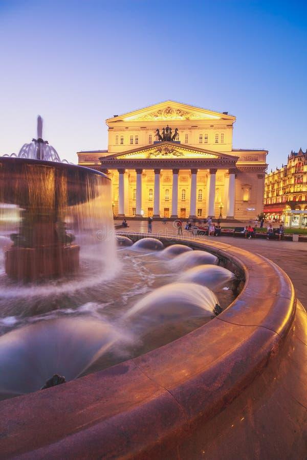 Springbrunn på bakgrunden av den Bolshoi teatern i Moskva arkivbild
