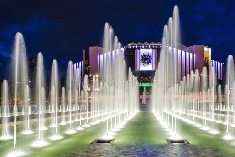 Springbrunn på den nationella slotten av kultur i Sofia i natten arkivfoto