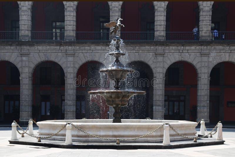 Springbrunn på den nationella slotten Mexico - stad arkivfoton