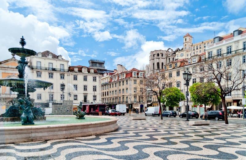 Springbrunn på den Rossio fyrkanten i Lisbon, Portugal royaltyfri foto