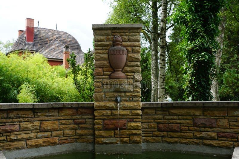 Springbrunn på kyrkogården vid krematoriet i tuttlingen royaltyfria foton