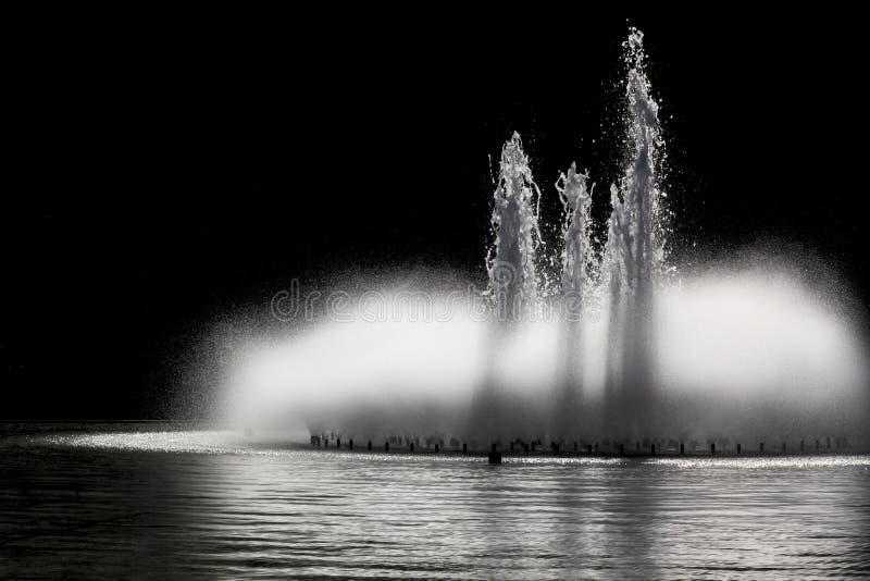Springbrunn på natten royaltyfri fotografi