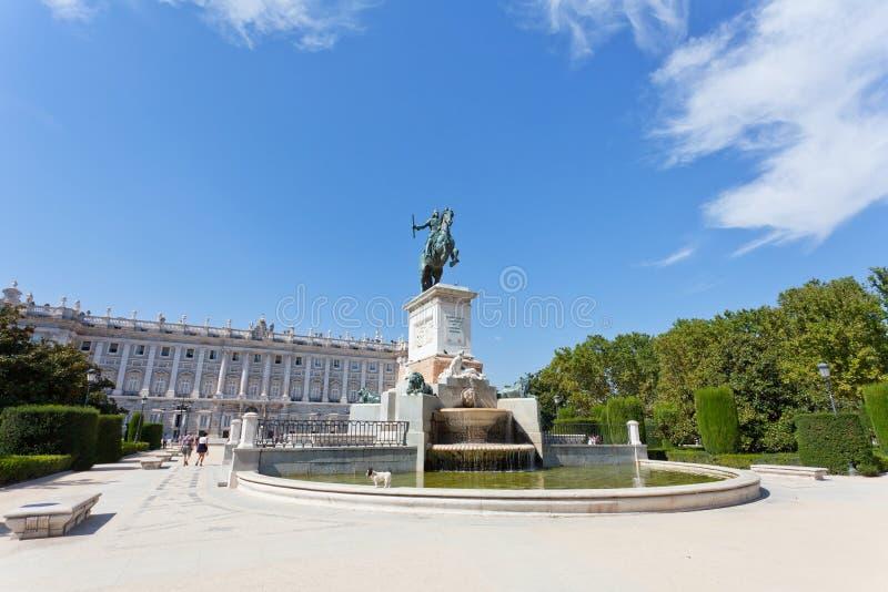 Springbrunn på området nära den kungliga slotten i Madrid royaltyfri foto
