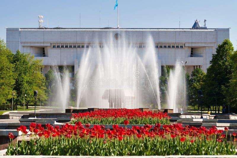 Springbrunn på republikfyrkant i Almaty, Kasakhstan royaltyfria bilder