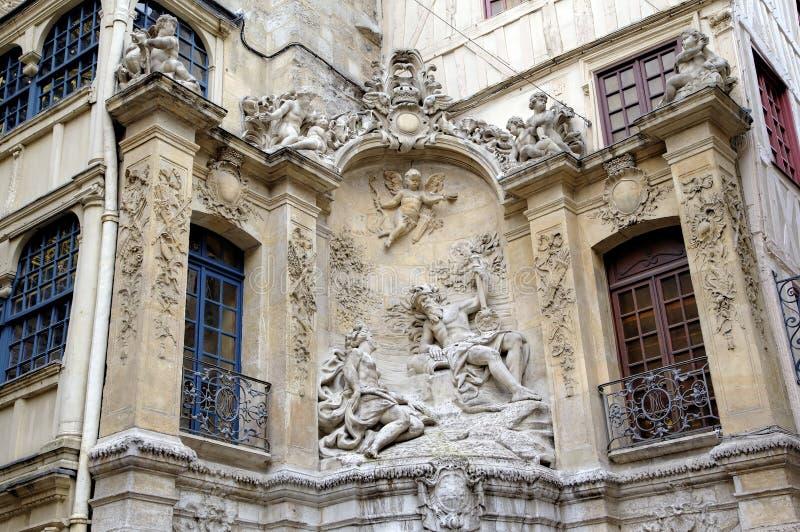 Springbrunn på Rue du Gros Horloge (1389) arkivfoton