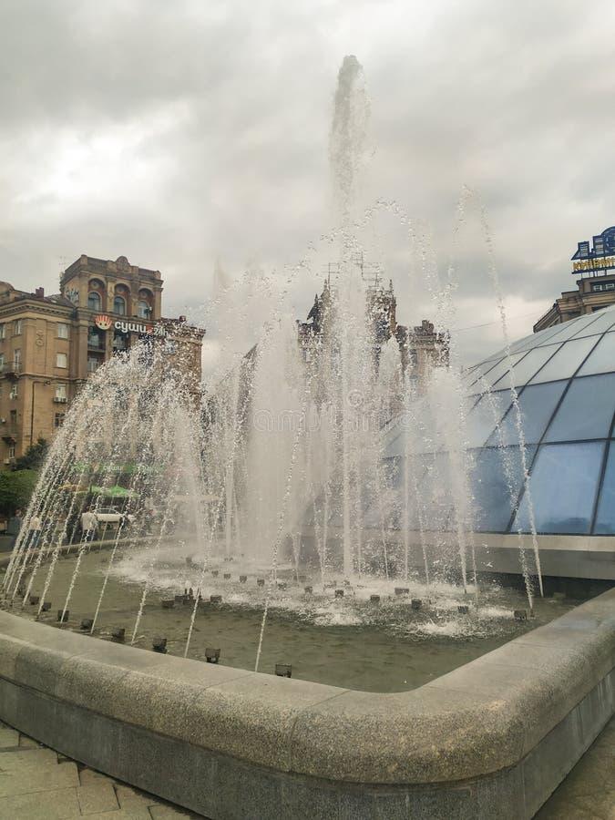 Springbrunn på självständighetfyrkanten | Kyiv Ukraina arkivfoton