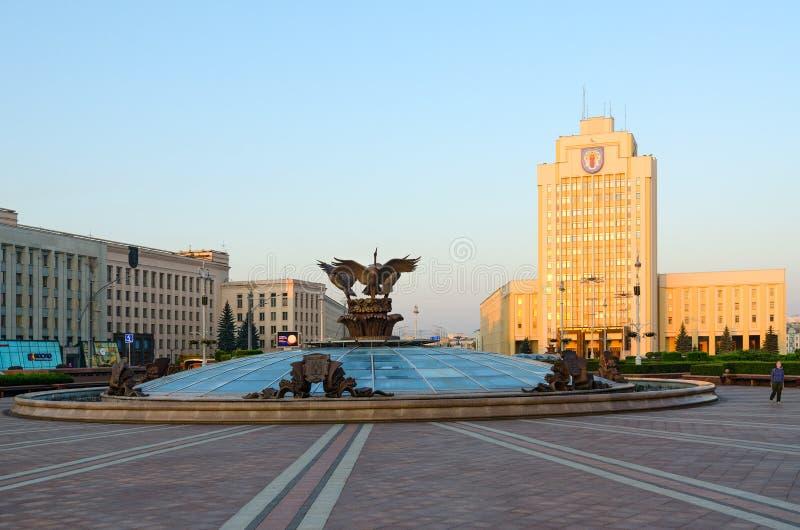 Springbrunn på självständighetfyrkanten, statligt pedagogiskt universitet för Belorussian som namnges efter Maxim Tank, Minsk, Vi royaltyfria bilder