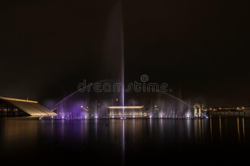Springbrunn under ljuset på natten arkivfoton