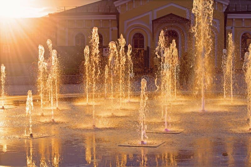 Springbrunn under solstrålar royaltyfri fotografi
