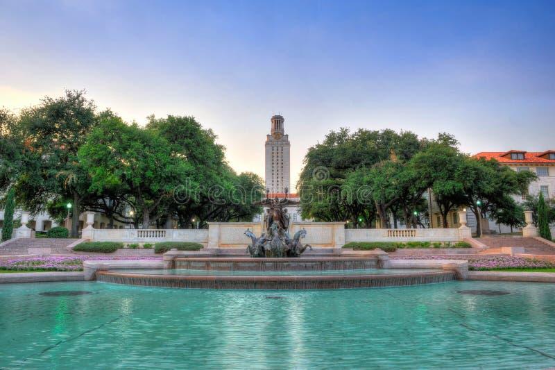 Springbrunn utanför universitet av Texas Tower, Austin, Texas arkivfoto