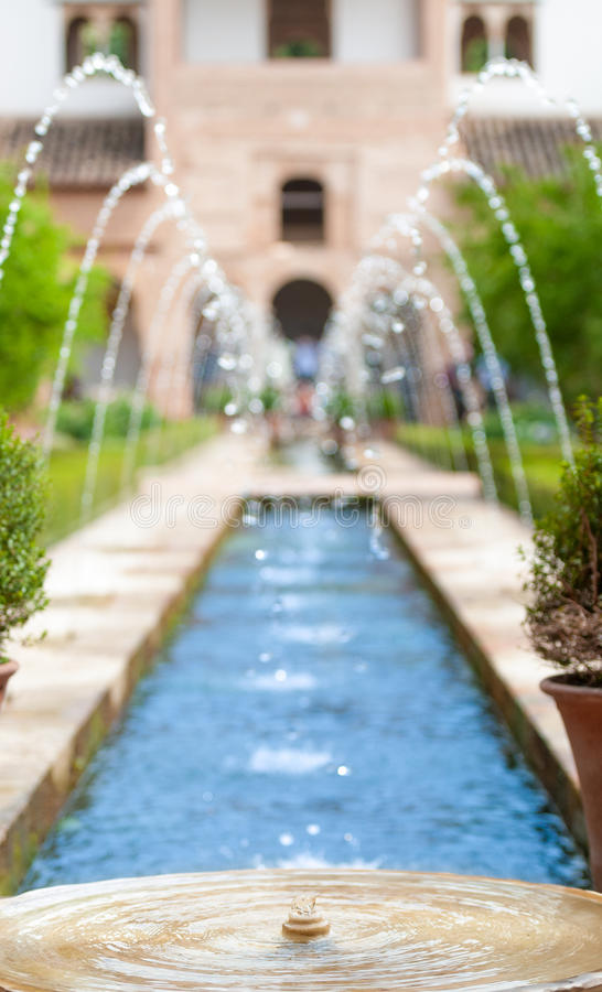Springbrunnar i trädgård av Alhambra i Spanien, Europa. arkivbilder