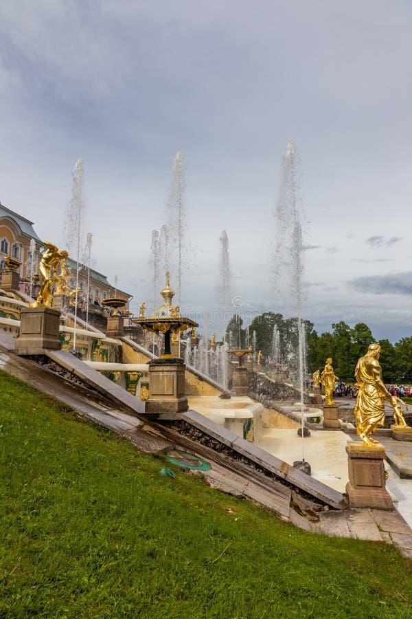 Springbrunnar och skulpturer av den storslagna kaskaden av den Peterhof slotten Ryssland royaltyfri bild