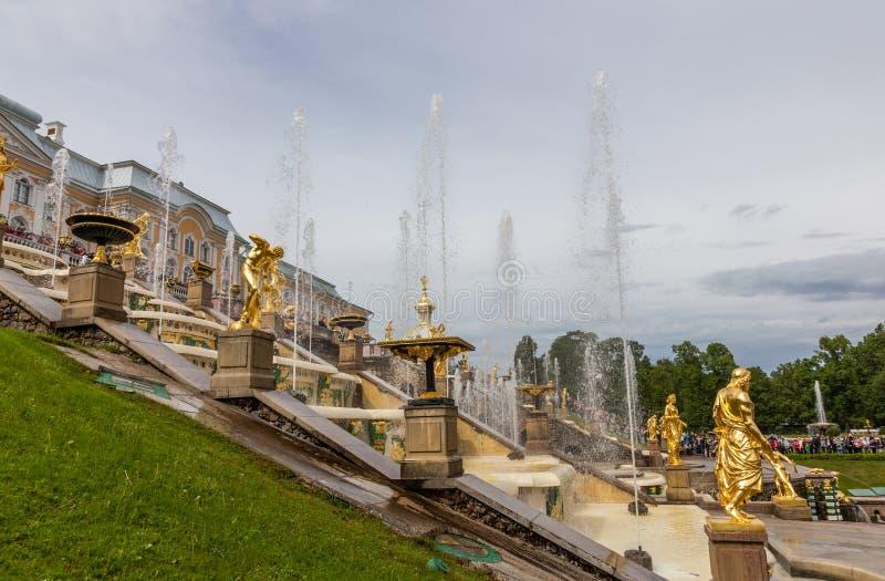 Springbrunnar och skulpturer av den storslagna kaskaden av den Peterhof slotten Ryssland arkivbilder