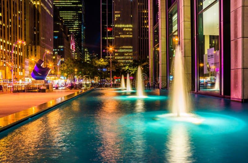 Springbrunnar på natten, i den Rockefeller mitten, Midtown Manhattan, Ne royaltyfri fotografi