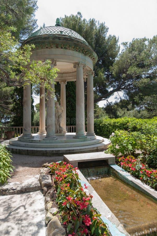 Springbrunnarna och templet av förälskelse, Villa Ephrussi de Rothschi arkivbilder