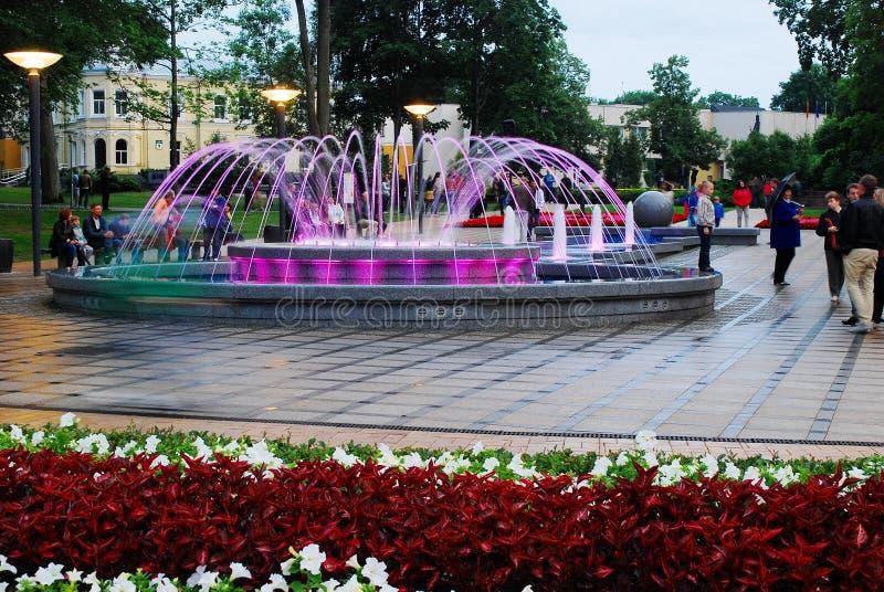 Springbrunndansen med musik och att ändra färgar i den Druskininkai staden royaltyfria foton