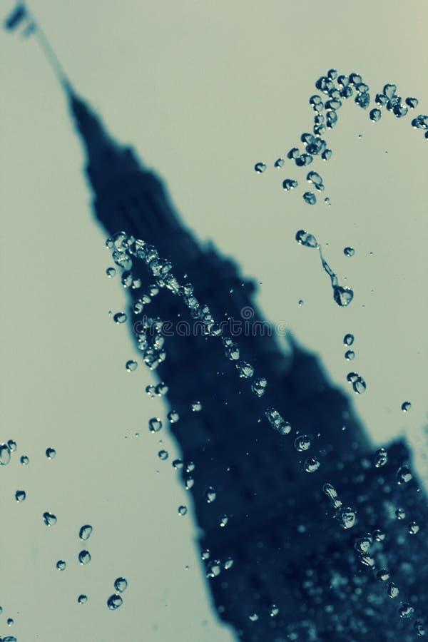 Springbrunndroppar framme av det slutliga tornet fotografering för bildbyråer