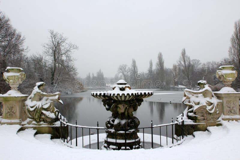 Springbrunnen fotografering för bildbyråer