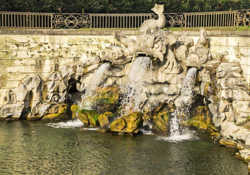 Springbrunnen av delfierna, i Royal Palace av Caserta, Italien royaltyfria bilder