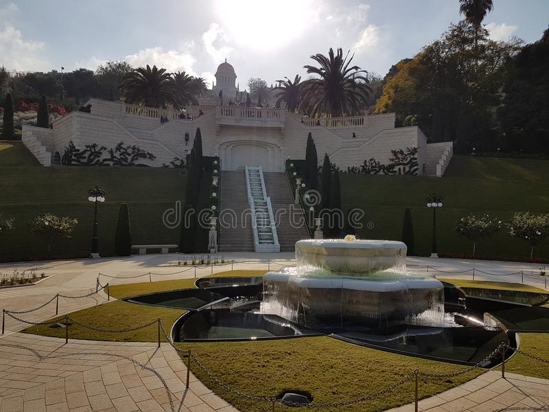 Springbrunnen av den Bahà ¡ 'Ãen arbeta i trädgården i Haifa royaltyfri foto