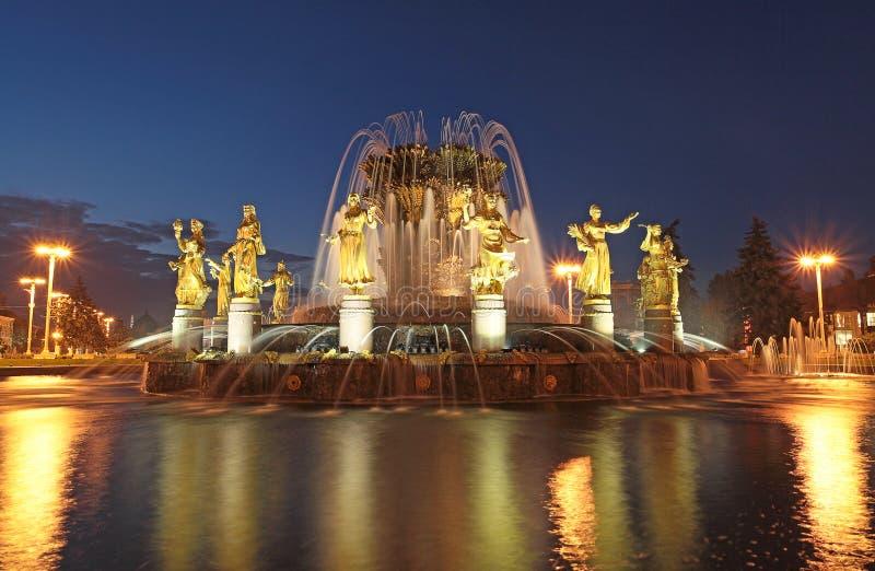 Springbrunnen av folks kamratskap på VVC cente för exchibition (VDNH) moscow fotografering för bildbyråer