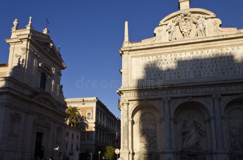Springbrunnen av Moses och damen av segern kyrktar arkivbilder