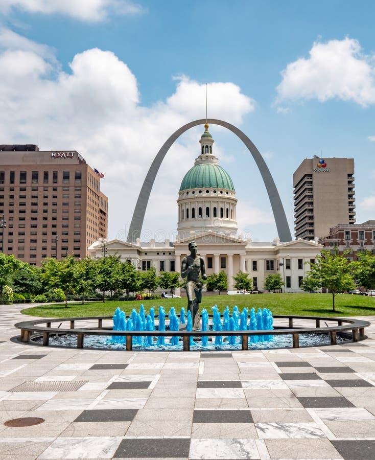 Springbrunnen för blått vatten med löparestatyn på den Kiener plazaen parkerar i St Louis - ST LOUIS USA - JUNI 19, 2019 arkivbild